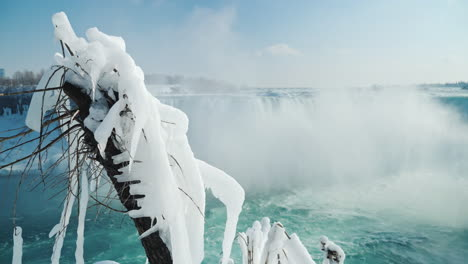 Winter-At-Niagara-Falls-Frozen-With-Ice-And-Snow-11