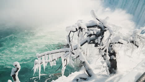 Winter-At-Niagara-Falls-Frozen-With-Ice-And-Snow-13