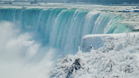 Winter-At-Niagara-Falls-Frozen-With-Ice-And-Snow-14