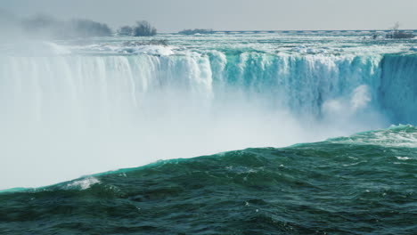 Winter-At-Niagara-Falls-Frozen-With-Ice-And-Snow-15