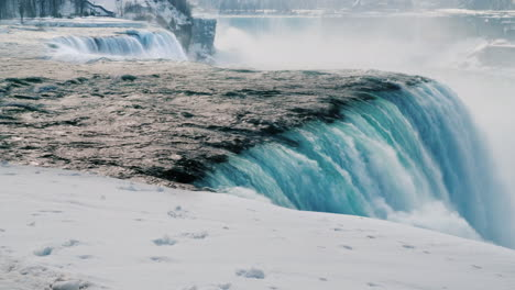 Winter-At-Niagara-Falls-Frozen-With-Ice-And-Snow-27