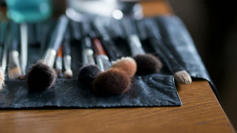 Brush-Set-For-Make-Up-On-Table-1