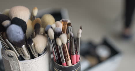 Brush-Set-For-Make-Up-On-Table-2