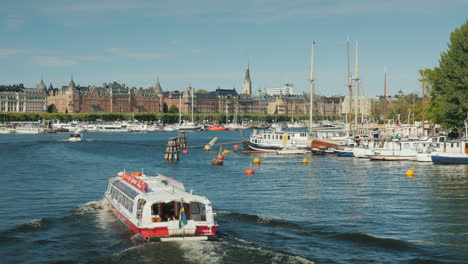 Pleasure-Boats-With-Tourists-Swim-Along-The-River-In-The-City-Of-Stockholm-Tourism-In-Scandinavia-Co