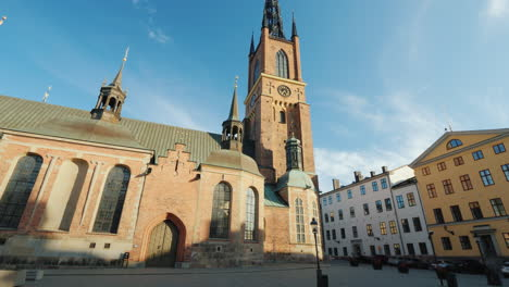 Tilt-Shot-Famous-Church-With-An-Metal-Spire-In-Stockholm---Riddarholmen-Church-4k-Video