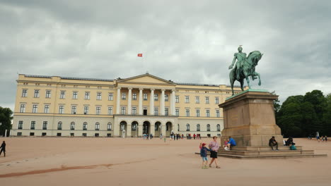 Magnificent-Building-Of-The-Royal-Palace-In-Oslo-Tourists-Are-Walking-Nearby