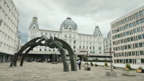 Modern-Installation-Sculpture-In-The-Shape-Of-A-Spider-In-The-Center-Of-Oslo