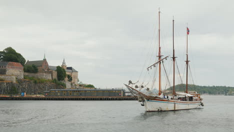 A-Stylish-Sailing-Yacht-In-Retro-Style-Enters-The-Harbor-Of-Oslo