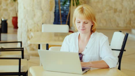 Attractive-Woman-Tourist-Enjoying-The-Laptop-In-The-Hotel-Lobby