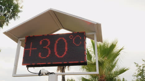 Beach-Board-With-Air-Temperature-Readings-Comfortable-Rest