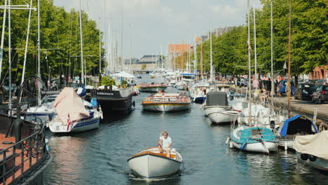 A-Lively-Canal-With-The-Movement-Of-Yachts-And-Sightseeing-Boats