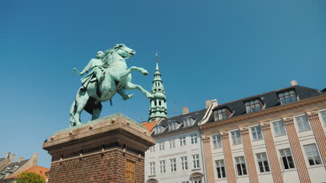 Monument-To-Bishop-Absalon---The-Founder-Of-Copenhagen-On-Hobro-Square-4k-Video