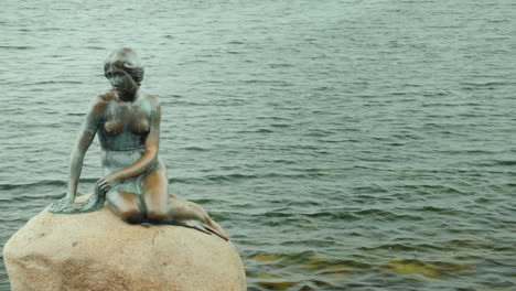 Copenhagen-s-Famous-Landmark---The-Little-Mermaid-Statue-On-A-Rainy-Cloudy-Day