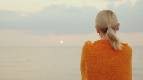 Meet-The-Sunrise-At-Sea-Alone-A-Woman-Wrapped-In-A-Blanket-Looks-Like-The-Sun-Rises-Over-The-Sea