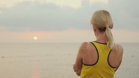 Fitness-Woman-Meets-The-Sunrise-Over-The-Sea-In-The-Early-Morning-Start-A-New-Day