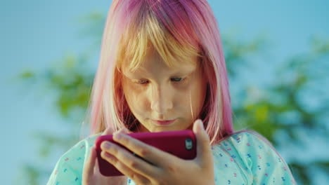 Cool-Girl-With-Pink-Hair-Is-Talking-Through-A-Smart-Watch-Parental-Control-Concept
