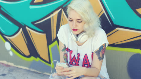 Pretty-hipster-blond-woman-browsing-her-mobile