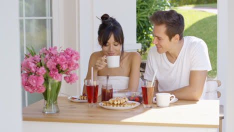 Couple-having-breakfast-at-outdoor-table