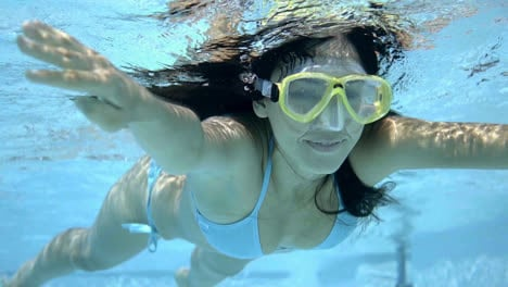 Underwater-woman-in-bikini-and-goggles