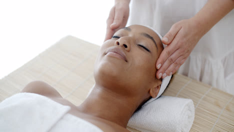 Massage-Of-Face-For-Woman-In-Spa-Salon