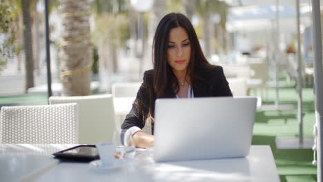 Businesswoman-working-at-an-open-air-table