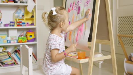 Little-girl-painting-with-her-hand