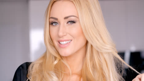 Face-of-a-Pretty-Smiling-Woman-with-Blond-Hair