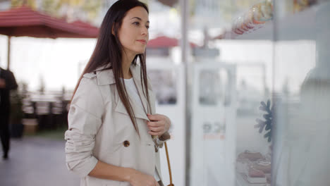 Stylish-young-woman-browsing-in-a-shopping-mall