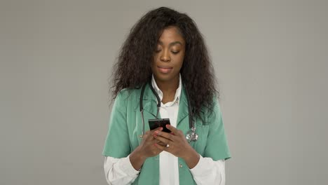 Black-medical-practitioner-using-smartphone