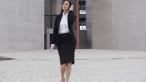 Young-businesswoman-walking-towards-the-camera