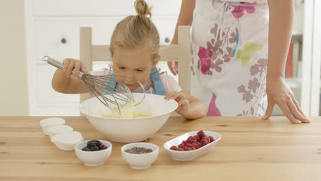Little-girl-baking-with-her-mother