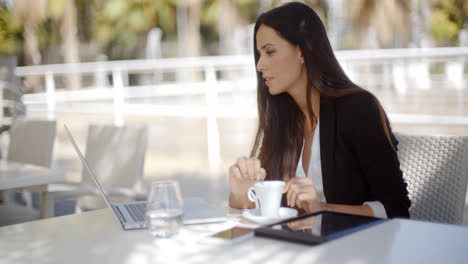 Young-businesswoman-having-a-coffee-break