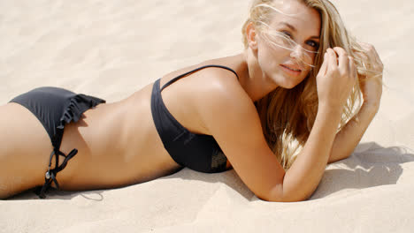Relaxed-Girl-Posing-on-the-Beach