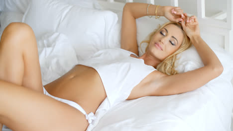 Blond-Woman-Lying-in-Bed-with-Eyes-Closed