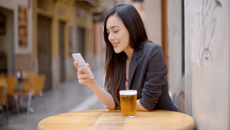 Smiling-young-woman-relaxing-with-a-beer