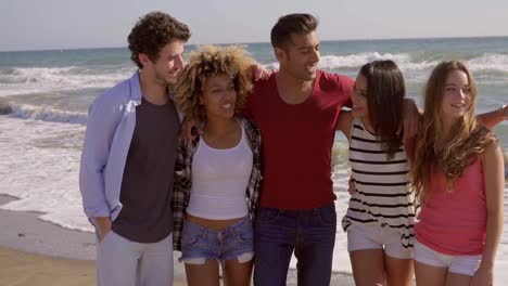 Best-friends-spending-time-on-the-beach