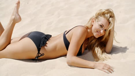 Sexy-Girl-in-Black-Bikini-on-the-Beach