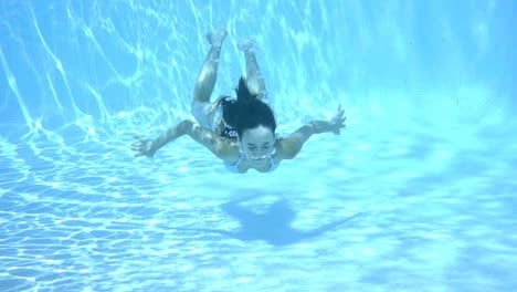 Girl-swimming-underwater-in-a-swimming-pool