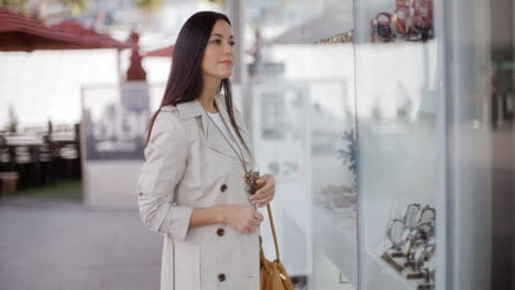 Young-woman-shopping-in-an-urban-mall