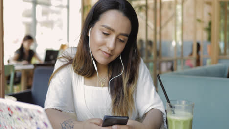 Young-woman-watching-a-video-on-mobile-teléfono