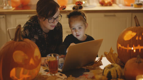 Mother-and-daughter-looking-at-laptop-screen