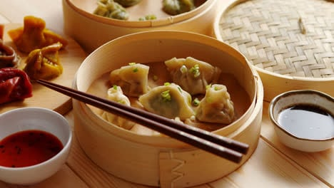 Traditional-chinese-dumplings-served-in-the-wooden-bamboo-steamer