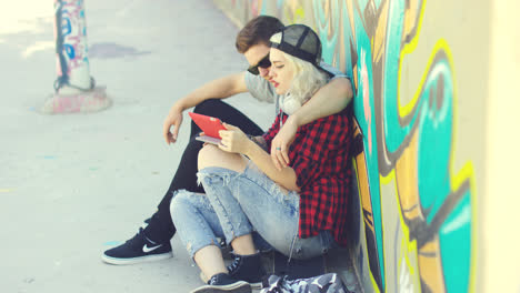 Affectionate-hipster-urban-couple-relaxing-in-town