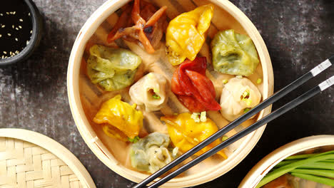 Oriental-traditional-chinese-dumplings-served-in-the-wooden-steamer