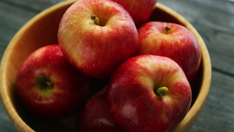 Closeup-of-red-apples-in-bowl