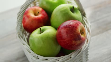 Mixed-green-and-red-apples-in-basket