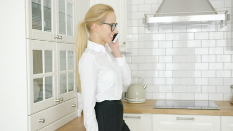 Smiling-businesswoman-talking-by-phone