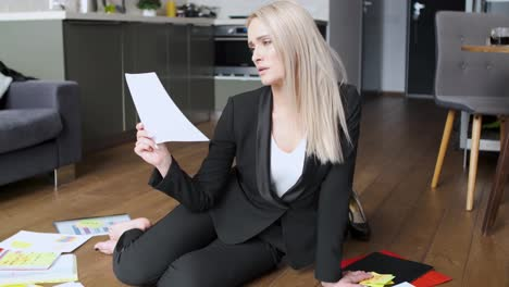 Beautiful-blond-business-woman-in-her-home-office