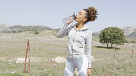 Female-drinking-water-on-workout