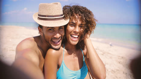 Laughing-couple-taking-selfie